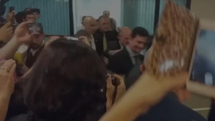 """Moro é recebido por estudantes na PUC-RS aos gritos de """"golpista"""""""
